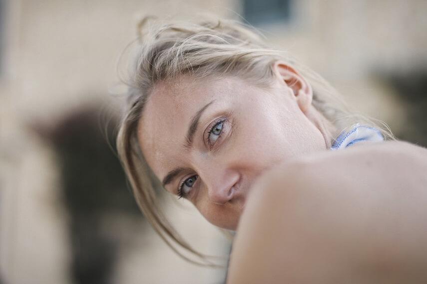 kobieta patrząca się